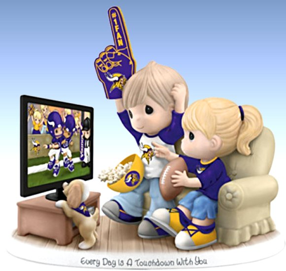 Figurine: Precious Moments Every Day Is A Touchdown With You Vikings Figurine